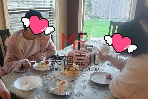 加拿大两个妈妈正在享用会所专门订制的蛋糕.jpg