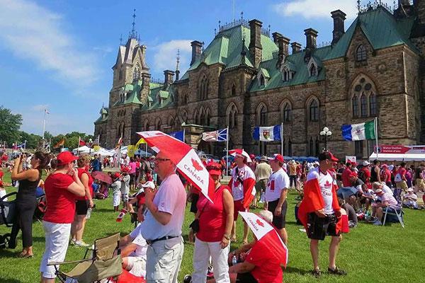 请问去加拿大生孩子福利有哪些?