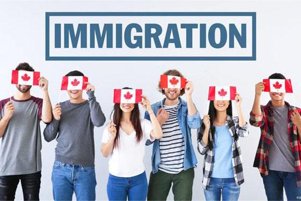 中国人在加拿大生孩子父母怎么办?能跟着入籍吗?